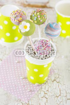 verschiedene Cake Pops mit bunter Deko Frühling