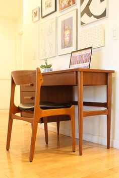 Gorgeous midcentury modern desk by Bassett Furniture Industries. Beautiful walnut wood and sculpted wood pulls.