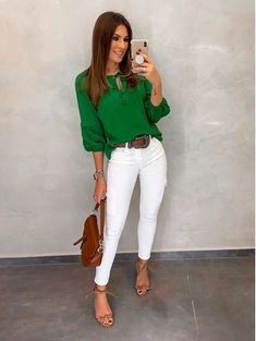 Outfits con Pantalón Blanco Juvenil, Casual o de Vestir Casual Outfits For Work Office Wear, Business Casual Outfits, Mode Outfits, Chic Outfits, Fashion Outfits, Green Outfits For Women, White Pants Outfit, Look Office, Mode Jeans