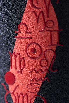 Textura e imagen primer plano etiqueta de vino HECHICERO de Bodega Andrés Iniesta