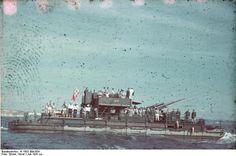"""1941, Mer noire, Un """"Siebelfähre"""" (Siebel ferries) armé d'un canon anti-aérien de 88-mm à l'entraînement  """