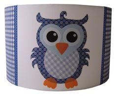 Een prachtige lamp met daarop een uil, in het blauw. Combineer met het Studio Poppy behang voor een fantastisch resultaat.