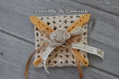bustina portaconfetti a uncinetto semplicissima Photo Pattern, Lavender Bags, Crochet Doll Clothes, Mini Bag, Confetti, Silverware Holder, Wedding Favors, Straw Bag, Crochet Necklace