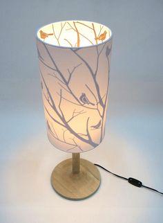 Al encenderla, se enciende la magia de una hermosa lámpara ideal para una mesa de noche. Inspirada en los pájaros, la libertad y el buen gusto. Nos quedan muy pocas en nuestra tienda Romanza del Tesoro.