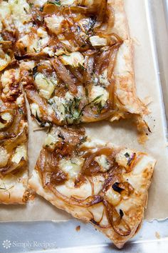 Caramelized Onion Tart with Gorgonzola and Brie: crispy savory tart made with puff pastry, caramelized onions, and gorgonzola and brie cheeses. Crispy savory tart made with puff pastry, caramelized onions, and gorgonzola and brie cheeses. Caramelised Onion Tart, Caramelized Onions, Think Food, Love Food, Vegetarian Recipes, Cooking Recipes, Lasagna Recipes, Chickpea Recipes, Burger Recipes