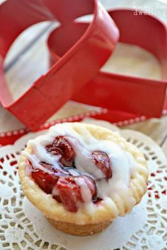 Cherry Pie meets Sugar Cookie in these delicious, bite-sized Cherry Pie Cookie Cups! Bite Size Desserts, Mini Desserts, Just Desserts, Delicious Desserts, Finger Desserts, Cherry Desserts, Individual Desserts, Apple Desserts, Healthy Desserts