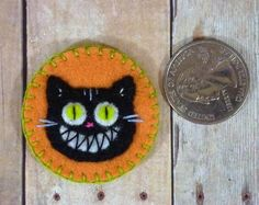 Halloween cat badge (grinning cheshire) (by Leslieshappyheart on Crafster)