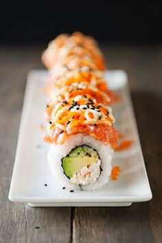 volcano roll sushi: crab, avocado, cucumber roll topped with spicy tuna, masago, sriracha mayo and wasabi mayo! #omervarol #oemervarol