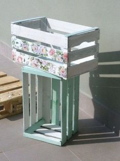 Working in progress: Decoupage su cassetta frutta. Wood Crates, Wood Boxes, Decoupage Vintage, Craft Sale, Porch Decorating, Wood Projects, Diy Furniture, Diy Home Decor, Diy And Crafts