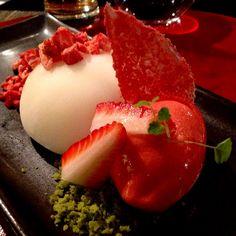 Mochi, sorbete de fresa y té verde