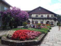 111 - Em Gramado, curtindo o clima frio e a tranquilidade de uma cidade do interior com estilo europeu, sentado na praça florida, em frente a Prefeitura.