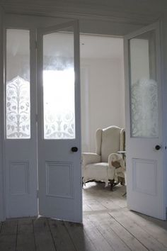 Beautiful Interior Doors With Stencilled Glass Panels ❤ Porch Doors, Room Doors, Home Decor Furniture, Furniture Making, Partition Door, Glass Partition, Black Interior Doors, External Doors, Beautiful Interiors