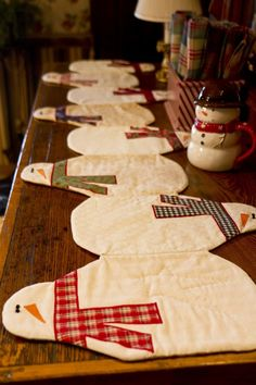 Table Runner Sew this adorable snowman table runner for your Christmas table this holiday season!Sew this adorable snowman table runner for your Christmas table this holiday season! Table Runner And Placemats, Quilted Table Runners, Quilted Table Runner Patterns, Christmas Projects, Holiday Crafts, Holiday Ideas, Decoration Christmas, Snowman Decorations, Table Decorations