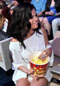 selena gomez eating | Selena Gomez Blames Diet For Hospitalisation - Famous Magazine - Yahoo ...
