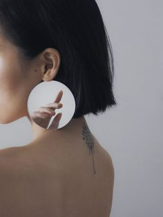 Ziqian Liu Creates Fragmented Images of the Self in her Ethereal Portraiture - Feature Shoot Mirror Photography, Self Portrait Photography, Reflection Photography, Body Photography, Conceptual Photography, Creative Photography, Photography Journal, Photography Blogs, Perspective Photography