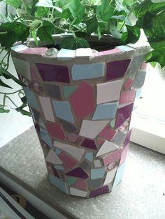 Leuke vaas gemaakr uit mozaiek.Geduldig karweitje maar erg leuk om te doen. Ook workshop mozaiek volgen? www.jessika-atelier nl
