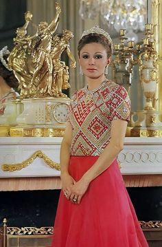 Farah Diba 's style , the queen of Iran Farah Diba, Royal Crowns, Royal Tiaras, Glamour, Kings & Queens, Persian Princess, Pahlavi Dynasty, The Shah Of Iran, Style Royal