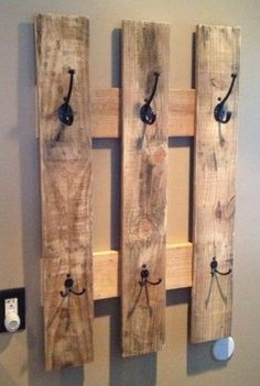 pallet towel rack or a coat hanger! I love pallet crafts! Pallet Towel Rack, Pallet Coat Racks, Pallet Shelves, Pallet Storage, Wood Storage, Pallet Crafts, Diy Pallet Projects, Home Projects, Barn Board Projects