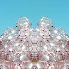 Curved Space Diamond Structure / Hakone Open Air Museum  しゃぼん玉のお城 ⚪️⚪️⚪️ 透明なカプセルをいくつもつなげたこの作品は、ふわふわと空に舞い上がる無数の しゃぼん玉のようにも見えます。 迷路の面白さをもつこのカプセルのなかで遊びながら、子供たちは、光とともに表情 を変える、 自然が生み出した形態の面白さを見出すことができます。