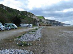 afgelegen plaatsen op 2 locaties aan de voet van de rotsen, bij petroleumhaven - let op: niet op de autoparking gaan staan! - toilet [alleen overdag] bij de strandwacht - op 500m een service plaats -