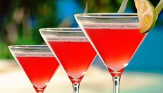 Surinaams eten – Cherry Paramaribo (cherry cocktail met wodka), Ingrediënten: 1. Cocktail: 37,5 ml Wodka 25 ml Faja Lobi Cherry Bouquet Trafasie (the real Sranang softdrink) 25 ml Bols Triple sec (mixdrank) 25 ml cranberrysap 25 ml vers limoensap ijsblokjes 2. Benodigdheden: cocktailshaker Martini glas