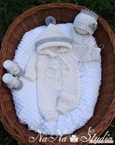 Best 12 Plain overalls with handmade balls and buttons on the back and crotch. Ref: See the color catalog here. Crochet For Boys, Knitting For Kids, Baby Knitting Patterns, Cute Lamb, Crochet Lovey, Crochet Baby Clothes, Free Baby Stuff, Baby Booties, Baby Hats