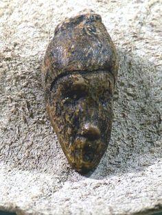"""Testina femminile Dolni Vestonice ca. 25.000 a. C. Foto: Wolfgang Sauber Creative-Commons-Lizenz """"Namensnennung – Weitergabe unter gleichen Bedingungen 4.0 international""""."""