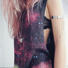 DIY Fashion: Painted Galaxy T-Shirt College Fashion - Cute DIY galaxy shirt! Black shirt bleach in a spray bottle and paint to splatter. Look Fashion, Diy Fashion, Ideias Fashion, Fashion Tips, Space Fashion, Fashion 2018, Fashion Clothes, Teen Fashion, Fall Fashion