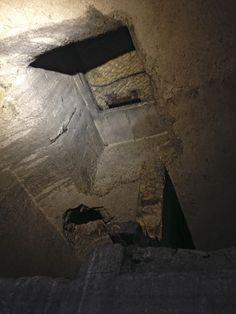 otvor, kterým parašutisté po žebříku vstupovali do krypty