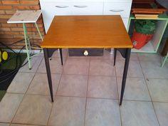 Como fazer uma mesa usando uma porta de armário embutido. http://oficinadoquintal.blogspot.com.br/2014/05/como-fazer-uma-mesa-usando-uma-porta-de.html
