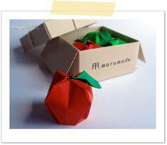 友人のフランス料理店のディスプレイ用につくった 秋の折り紙、箱入りリンゴ。 Rae Cookerさんのストロベリーを原型にアレンジしました。 使用:リンゴ > 両面折り紙 7.5cm×7.5cm 箱 > 色画用紙 15cm&t...