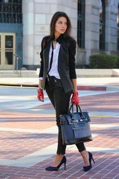 Para crear una apariencia para un almuerzo con amigos en el fin de semana considera emparejar un blazer gris oscuro con unos vaqueros pitillo de cuero negros. Luce este conjunto con zapatos de tacón de ante azul marino.