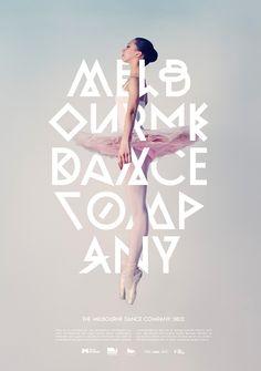 Cartel publicitario en tonos rosados, para el Ballet de Melbourne. La bailarina se entrecruza con la tipografía que aparece enorme y en primer plano.