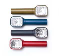 Like a small torch, this flashlight guides you in the dark. Placed on a table, it retains a presence. Inspired by old photographic flashes, its faceted reflector produces a powerful light, variable with two intensities.