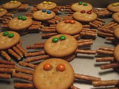 Pie Birds, Buttons and Muddy Puddles: Spider Snacks Cute Snacks, Fun Snacks For Kids, Lunch Snacks, Kids Meals, Healthy Snacks, Kid Snacks, Toddler Snacks, Kids Fun, Party Snacks