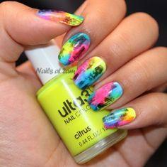 ongles multicolores en couleurs néon