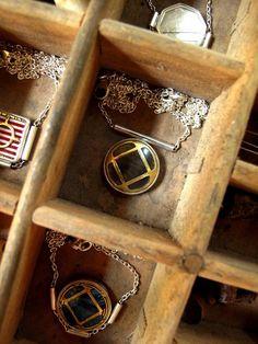 Collier manchette marron aux croisillons dorés | Etsy Iris, Little Box, Wood Watch, Bottle Opener, Etsy, Style, Cuffs, Conkers, Necklaces