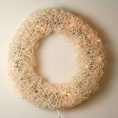 Crochet Art, Door Wreaths, Diy And Crafts, Christmas Crafts, Crochet Earrings, Wall Art, Door Hangers, Sewing, Paper