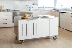 Fantastic kitchen island on wheels - such a great idea!