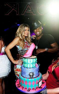 La chanteuse Fergie fetait son 37 ème anniversaire auMirage Resort & Casino à Las Vegas.  Elle portait une robe Givenchy resort de la collection 2012 (environ 1800€).