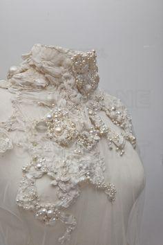 Aurélie LANOISELEE, créatrice d'art textile à Paris (18ème).                                                                                                                                                                                 Plus Embroidery On Clothes, Simple Embroidery, Modern Embroidery, Floral Embroidery, Beaded Embroidery, Embroidery Designs, Textile Texture, Art Textile, Textile Design