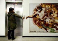 """Ecco come il Dottor Kim, chirurgo plastico asiatico, ha comunicato la sua attività di chirurgo.  """"La creazione di Adamo"""" di Michelangelo viene trasformata in un ambient advertising."""