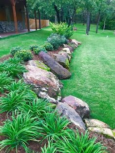 Stunning Front Yard Rock Garden Landscaping Ideas - Designing a front yard is usually about accessibility and invitation. We spend hardly any time in the front yard as opposed to the backyard, but it is. Landscaping Along Fence, Landscaping With Rocks, Backyard Landscaping, Landscaping Ideas, Backyard Ideas, Pool Ideas, Inexpensive Landscaping, Mulch Ideas, Natural Landscaping