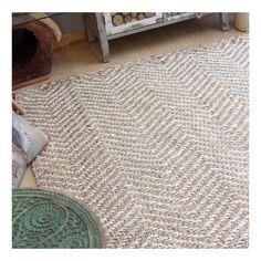 Alfombra natural de yute 100% con un trenzado grueso de 3500 g/m2 en zig-zag. Una alfombra cálida y acogedora de 160 cm de ancho y 240 cm de largo.