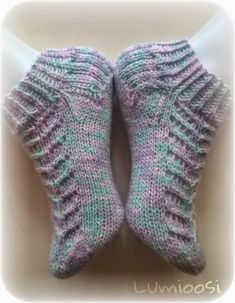 Lumioosi: Pitsisukka Knit Slippers Free Pattern, Knitted Slippers, Crochet Ripple, Knit Or Crochet, Sock Toys, Lace Socks, Socks And Heels, Baby Knitting Patterns, Knitting Socks