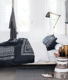 Bettwäsche aus feinfädiger Baumwolle mit Musterdruck. Der Bettbezug wird unten mit verdeckten Metalldruckknöpfen geschlossen. Ein Kopfkissenbezug. 30s-Garn. Fadendichte 144.