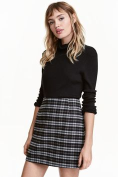 Short skirt: Short skirt with a zip at the back. Lined.