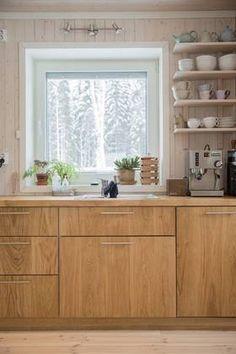 EIK: Aktivhus i økolandsbyen i Hurdal. Vegg er glattkant grankledning med et lag hvit Osmo behandling, fronter er eik og benkeplate er eik. Gulvet er spesialtørket furu behandlet med hvitpigmentert Osmo oljevoks.