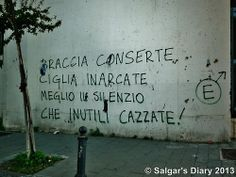Braccia conserte ciglia inarcate, meglio il silenzio che inutili cazzate | Napoli