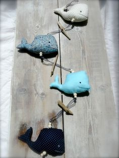 guirlande baleines Felt Animal Patterns, Stuffed Animal Patterns, Baby Couture, Couture Sewing, Stitches Wow, Fabric Fish, Fish Pillow, Tilda Toy, Cute Whales